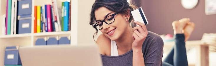 Оформить кредитную карту с низким процентом можно как в самом отделении банка